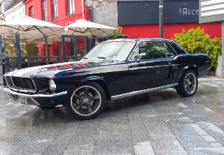 Ford mustang 1967 noir a bande blanche